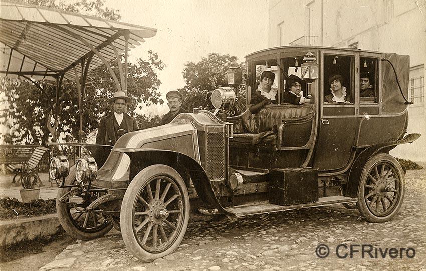Autor desconocido. El Retiro (Málaga), La familia del duque de Aveyro en su automovil Renault CE, un modelo de 1912. Ca. 1917. Gelatina de plata sobre papel (CFRivero)