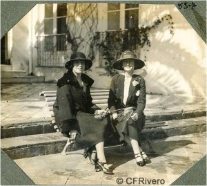 Autor desconocido. Dos elegantes señoras ante la Casa-Palacio en El Retiro (Málaga). 1922. Gelatina de plata sobre papel. (CFRivero)