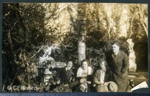Autor desconocido. Isidro Castillejo y Wall duque de Montealegre, Luisa, Pilar y Ángel de Carvajal y Santos-Suárez en El Retiro (Málaga). 1924. Gelatina de Plata sobre papel.