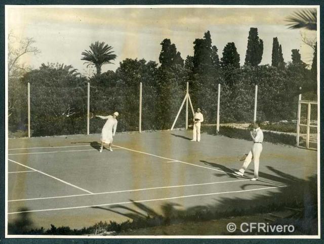 Autor desconocido. El Retiro (Málaga) Victoria Eugenia de Battenberg y Ángel de Carvajal jugando al tenis. 1927. Gelatina de plata sobre papel. (Col. Fernández Rivero)