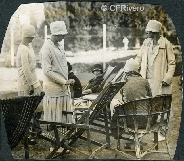 Autor desconocido. El Retiro (Málaga) un descanso en la partida de tenis. 1927. Gelatina de plata sobre papel. (Col. Fernández Rivero)