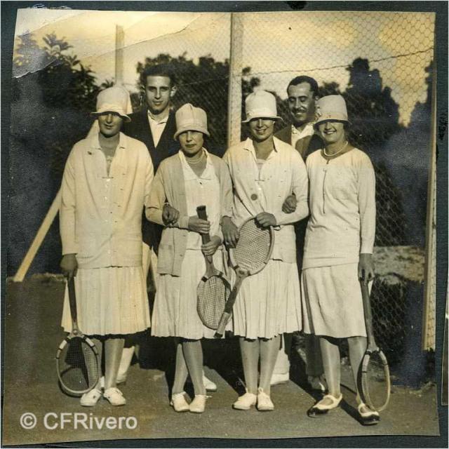 Autor desconocido. El Retiro (Málaga) Jaime de Borbón, Ángel de Carvajal y Mª Luisa de Carvajal jugando al tenis. 1927. Gelatina de plata sobre papel. (Col. Fernández Rivero)