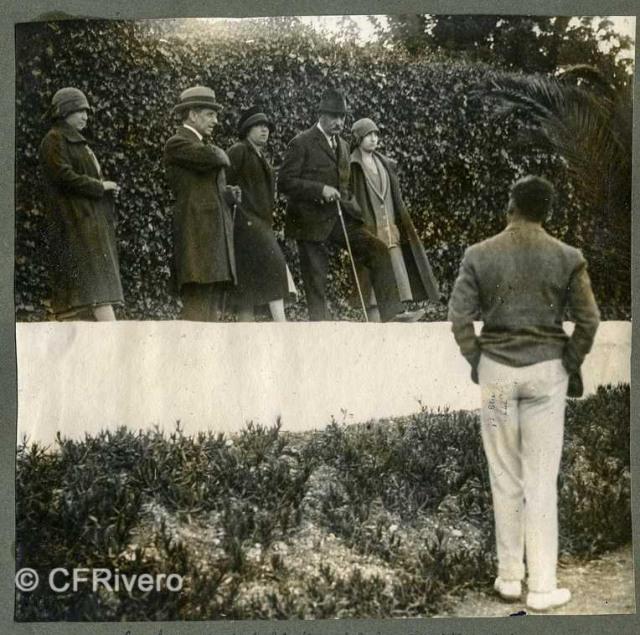 Autor desconocido. La marquesa de Bendaña, Isabel Alfonsa de Borbón, Carlos de Borbón, de espaldas Ángel de Carvajal, en El Retiro (Málaga) 1927. Gelatina de plata sobre papel. (Col. Fernández Rivero)