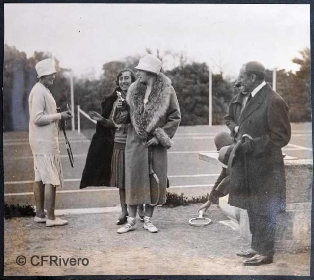 Autor desconocido. El Retiro (Málaga) Victoria Eugenia de Battenberg y Mª Luisade Carvajal jugando al tenis. 1927. Gelatina de plata sobre papel. (Col. Fernández Rivero)