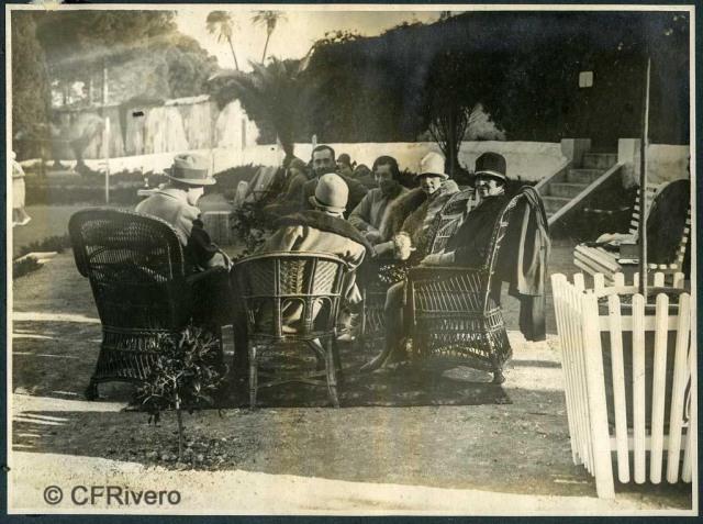 Autor desconocido. El Retiro (Málaga), de frente Ángel y Mª Luisa e Carvajal, Victoria Eugenia de Battenberg, partida de tenis. 1927. Gelatina de plata sobre papel. (Col. Fernández Rivero)