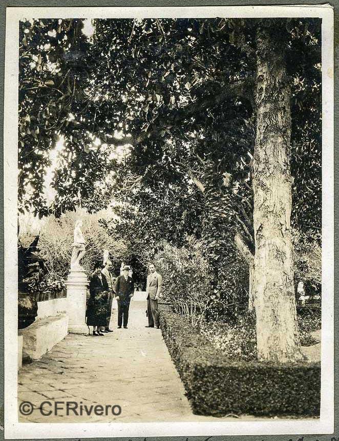 Autor desconocido. El Retiro (Málaga) Los condes de Maluque, Isidro Castillejo y Ángel de Carvajal y Santos-Suárez en el Jardín Patio. 1927. Gelatina de plata sobre papel. (CFRivero)