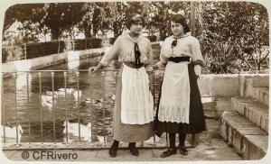Autor desconocido. El Retiro (Málaga), Mª Luisa y Mª Pilar de Carvajal y Santos-Suárez junto al Estanque Grande . Ca. 1917. Gelatina de plata sobre papel (CFRivero)