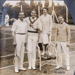 Autor desconocido. El Retiro (Málaga, Ángel de Carvajal, Jaime de Borbón, Isabel de Carvajal y desconocido en una pausa del juego de tenis. 1927. Gelatina de plata sobre papel. (CFRivero)