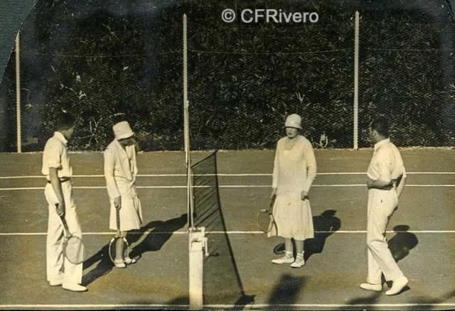 Autor desconocido. El Retiro (Málaga) Victoria Eugenia de Battenberg, Ángel y Mª Luisa de Carvajal jugando al tenis. 1927. Gelatina de plata sobre papel. (Col. Fernández Rivero)