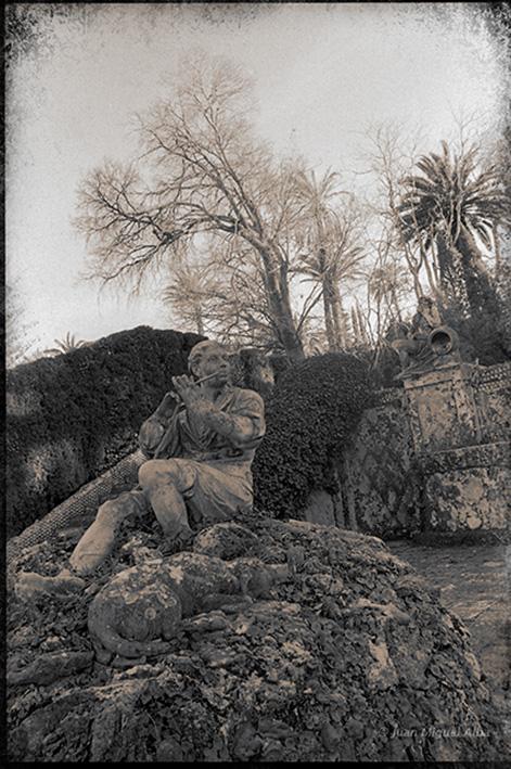 Fig. 22: Juan Miguel Alba. Málaga, El Retiro, escultura de El Pastor de Juan Cháez en el Jardín Cortesano desde arriba. 1986.