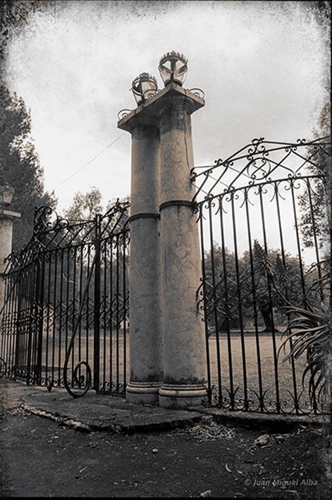 Juan Miguel Alba. Málaga, El Retiro, Puerta principal. 1886.