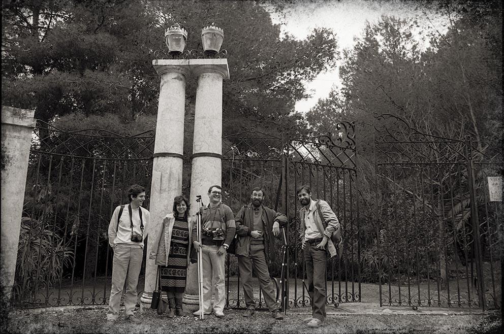 Fig. 27: Juan Miguel Alba. Málaga, El Retiro. Javier Casquero, Teresa G. Ballesteros, Juan Antonio F. Rivero, Paco Ramos y Juan Miguel Alba. 1986.