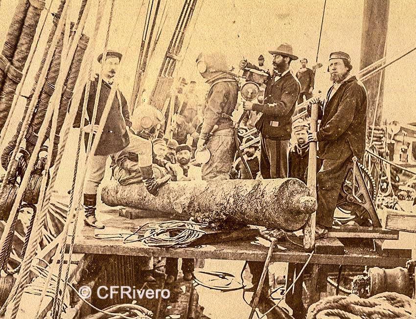 "Jean-Baptiste Durand-Brager (atribuida). Bahía de Vigo, cubierta del barco de la ""Societe de Sauvetage des galions de Vigo"", a la izq. Ernest Bazin. 1870. Albúmina sobre papel. (CFRivero)"