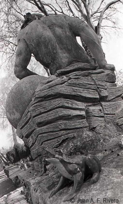 Fig. 21: Juan Antonio Fernandez Rivero. Málaga, El Retiro, escultura alegórica del río de Juan Cháez en el Jardín Cortesano. 1986. (CFRivero)