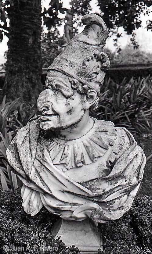 Fig. 14: Juan Antonio Fernández Rivero. Busto de un Polichinela. Málaga, El Retiro. 1986. CFRivero.