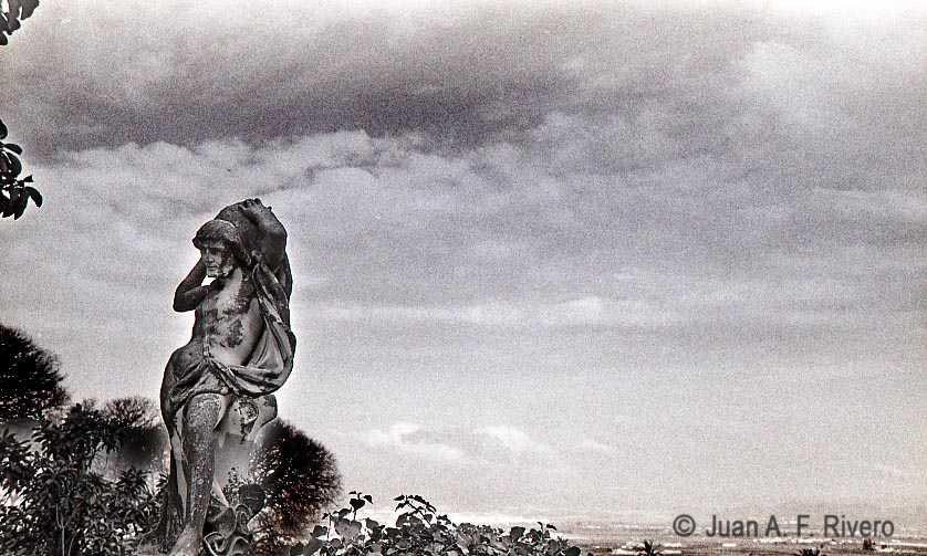 Fig. 10: Juan Antonio Fernández Rivero. Málaga, el Retiro, estatua de Atlas en el Jardín Patio. 1986 (CFRivero)
