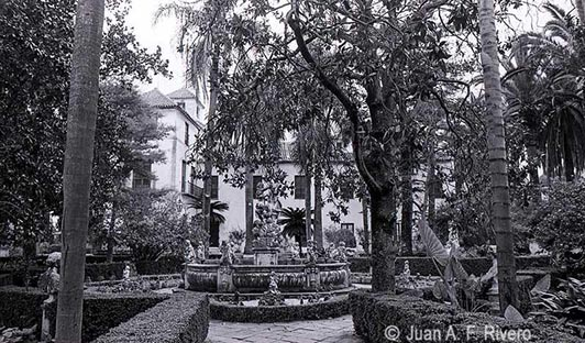 Fig. 3: Juan Antonio Fernández Rivero. Málaga, el Retiro, Fuente de la Sirena enel Jardín Patio. 1986 (CFRivero)