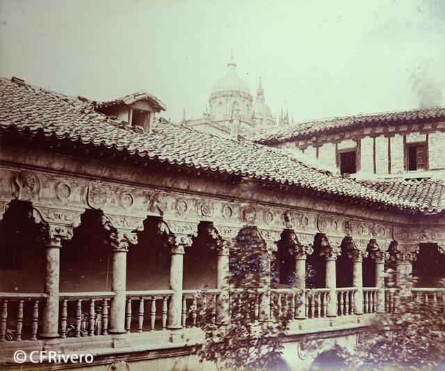 Juan Poujade y Señora. Salamanca. Piso del Patio del  Claustro de las Dueñas. [Convento de Santa María de las Dueñas, fachada del piso superior] 1877. Albúmina (CFRivero)