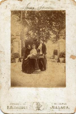 Retrato de Doña Trinidad Grund con Soledad Moreno y una niña, en un jardín, posiblemente Málaga. Fotógrafo Pedro Fernández, 1888